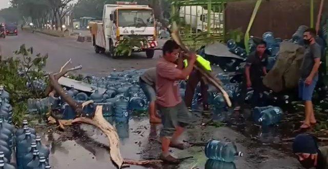 Truk Galon Terguling di Jalan Soekarno-Hatta, Polisi: Kernet Luka. (screenshot)