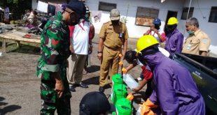 Babinsa Gelar Karya Bhakti Penyemprotan Disinfektan Menuju New Normal di Wilayah Binaan