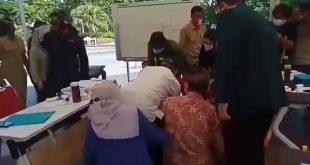 Tri Rismaharini Bersujud di Kaki Dokter RSUD dr Soetomo