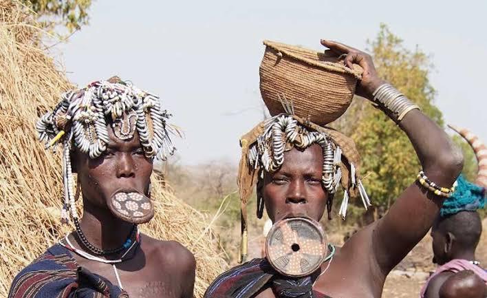 Tradisi Melubangi Bibir, Cantik Itu Menyakitkan Bagi Wanita Suku Mursi. (foto: bluedottravel)