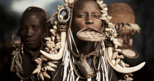 Tradisi Melubangi Bibir, Cantik Itu Menyakitkan Bagi Wanita Suku Mursi. (foto: HomoLogos)