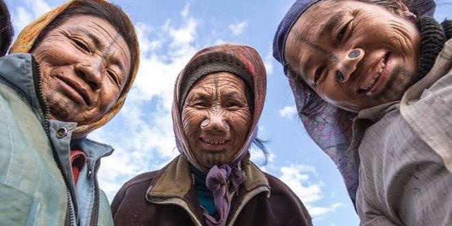 Perempuan Suku Apatani Menutup Lubang Hidung Agar Terlihat Jelek. (foto: national geographic)