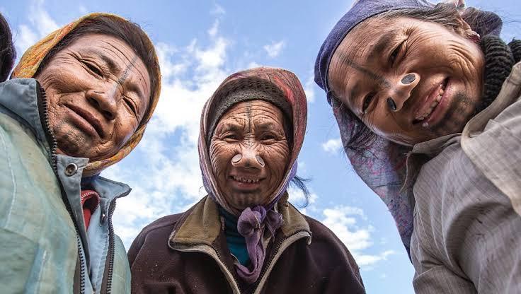 Tradisi Sumbat Hidung Perempuan Suku Apatani Agar Terlihat Jelek. (foto: national geographic)