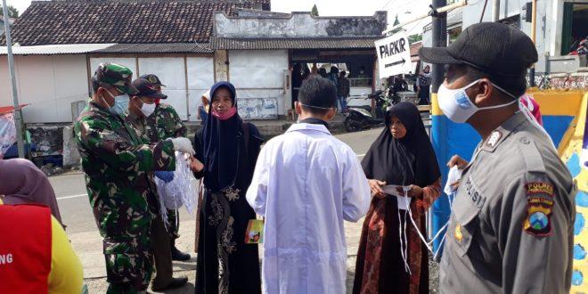 Unsur Forkopinka dan Anggota Koramil 0820/09 Lumbang Bagikan Masker Gratis