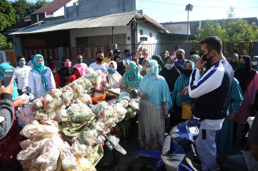 Naik Motor Walikota Sapa Warganya di Perkampungan Padat Penduduk Serta Bagikan Sembako
