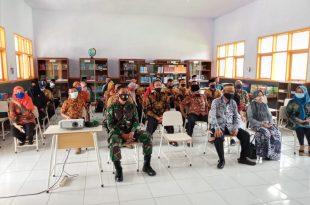 Anggota TNI dari Koramil Sumber, Lepas Sambut Kepala Sekolah SMAN 1 Sumber