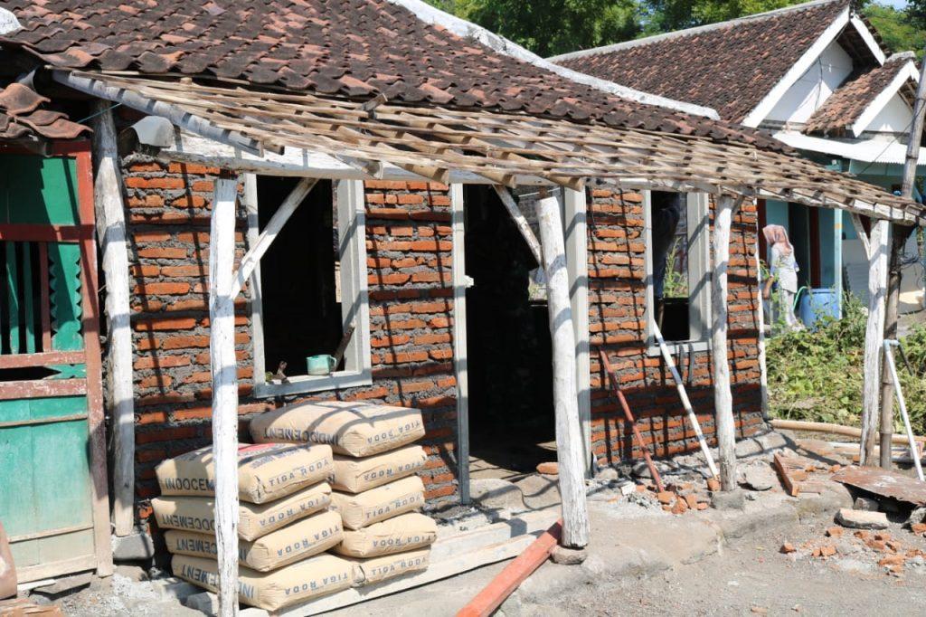 Kodim 0820 Probolinggo Rehab Rumah Masyarakat di Tengah Pandemi Corona