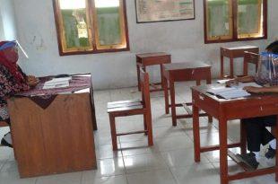 Tak Punya Smartphone untuk Belajar Online, Siswa Belajar Sendirian di Sekolah. (foto: detik.com)