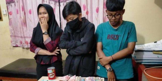 Ormas Grebek Judi Online di Warnet di Langsa, Tiga Remaja Diamankan. (foto: istimewa)
