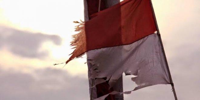 Bendera Merah Putih Robek dan Lusuh, Danramil Amuk Kepala Desa. (ilustrasi istimewa)