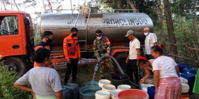 Babinsa Koramil 23 Gading Probolinggo Bantu Penyaluran Air Bersih