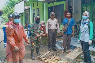 Babinsa Gelar Penyemprotan Disinfektan di Desa Binaan Menuju New Normal