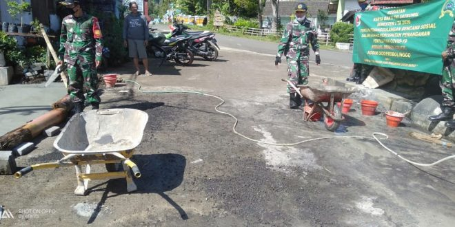 Tingkatkan Budaya Gotong Royong, Anggota Koramil 0820/25 Krucil Bantu Perbaiki Saluran Drainase