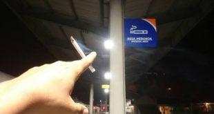 Penumpang Merokok di Gerbong Kereta dan Dorong Petugas. (foto: istimewa)
