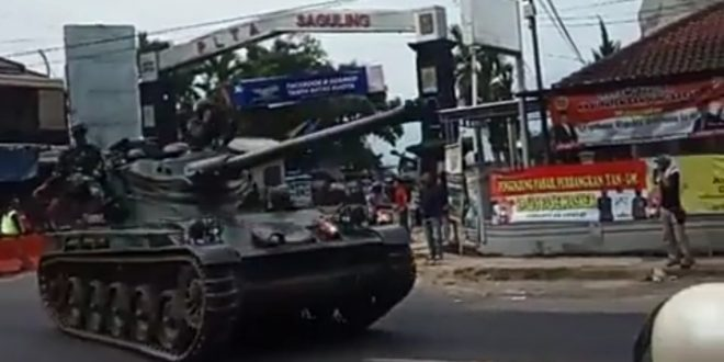 Tank TNI AD Tabrak Pengguna Jalan di Bandung