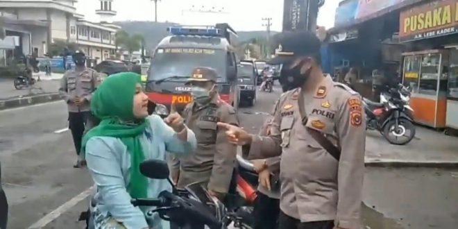 Mengaku Istri Jaksa, Wanita Marah dan Bentak Polisi di Jalan