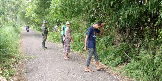 Babinsa Koramil 0820/23 Gading Pelopori Pembersihan Jalan Desa