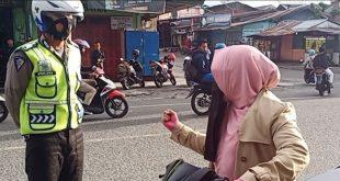 Ditegur Tak Pakai Helm, Seorang Ibu Marahi Polisi di Tengah Jalan