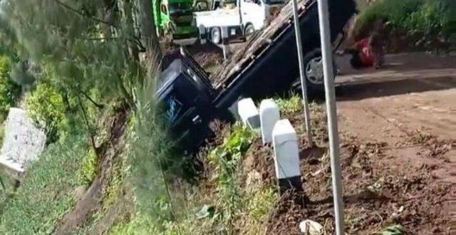 Detik-detik Mobil Pickup Terjun ke Jurang di Lumajang