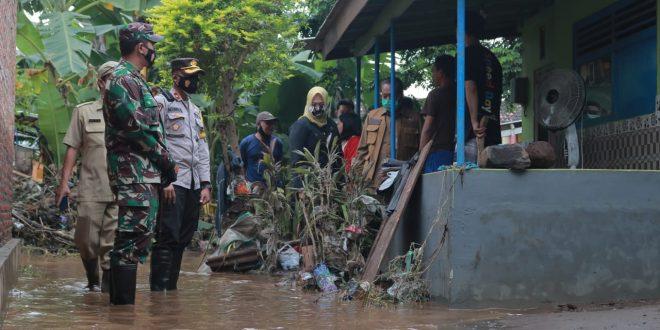 Komandan Kodim 0820 Probolinggo Pantau Langsung Karya Bhakti Pasca Banjir di Kecamatan Dringu