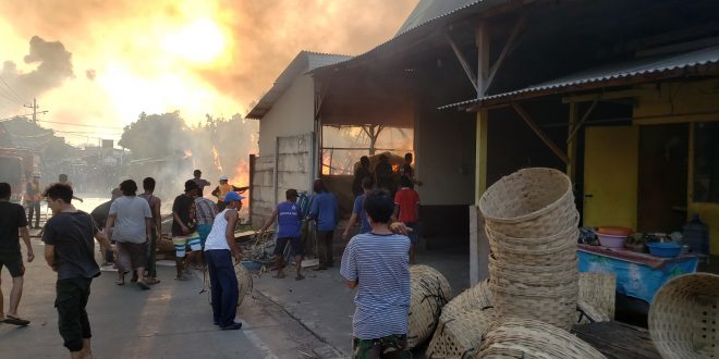 Jelang Waktu Buka Puasa Gudang Triplek Di Kota Probolinggo Terbakar Hebat