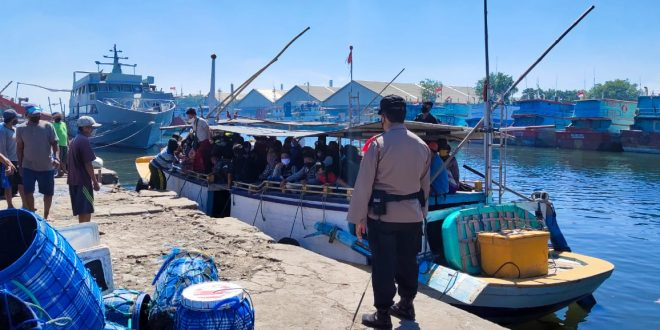 Tradisi Petolekoran Warga Pulau Gili Ketapang Probolinggo Serbu Kota Probolinggo Untuk Berbelanja
